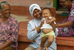 Baby cafés: nutrition for the poorest families in Indonesia