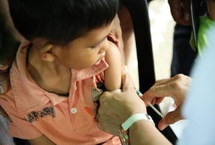 How does UNICEF help increase immunization coverage in the Philippines?