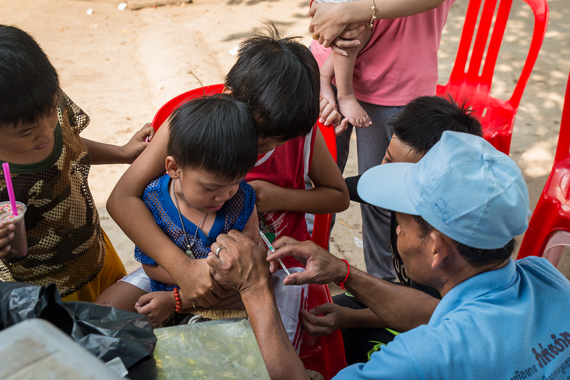 Child confronts one of his biggest fears thanks to his older brother's support. Floum Luu Village. Samkat Svay Pak. Kan Rossey Keo.