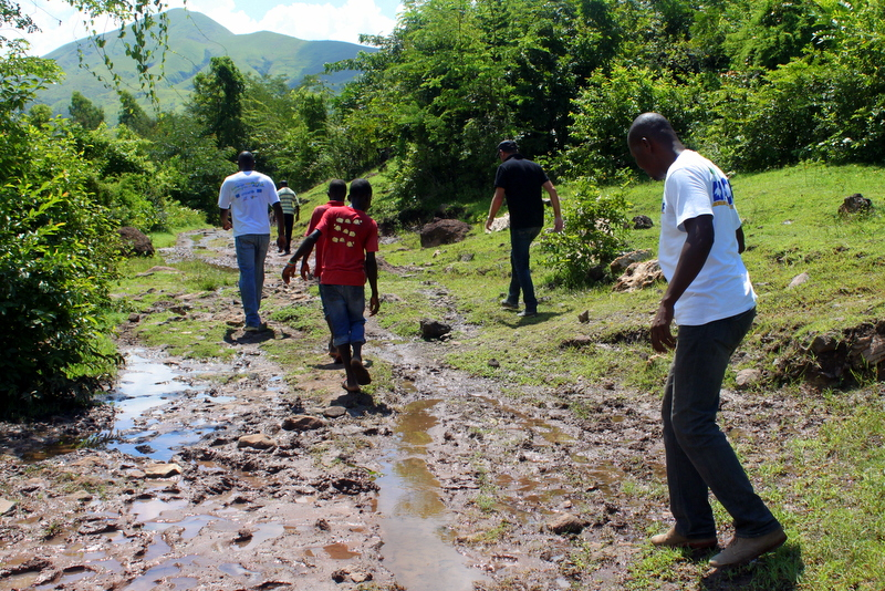 The long trek to the village. (c) UNICEF Haiti/2014/Walther