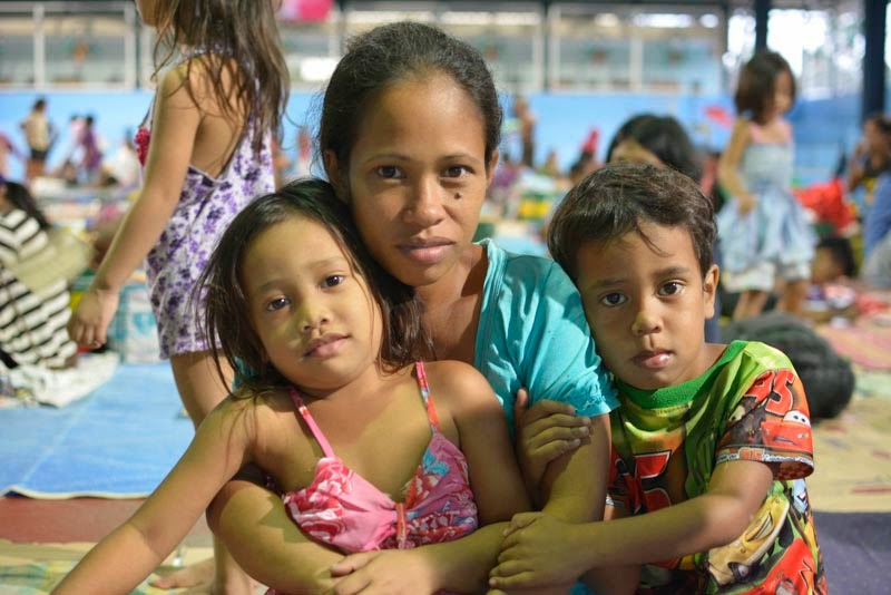 Elna Cirilo with Nicole, 6, and Cyrus, 5, at Barangay Bagong Silangan evacuation centre © UNICEF Philippines/2014/Andy Brown