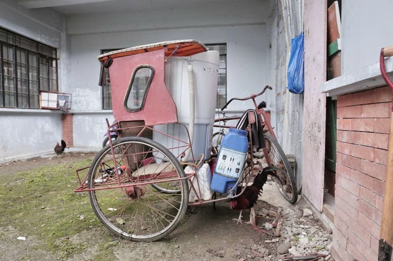 A family's belongings packed in a bicycle cart outside an evacuation centre in Tacloban © UNICEF Philippines/2014/G Samson