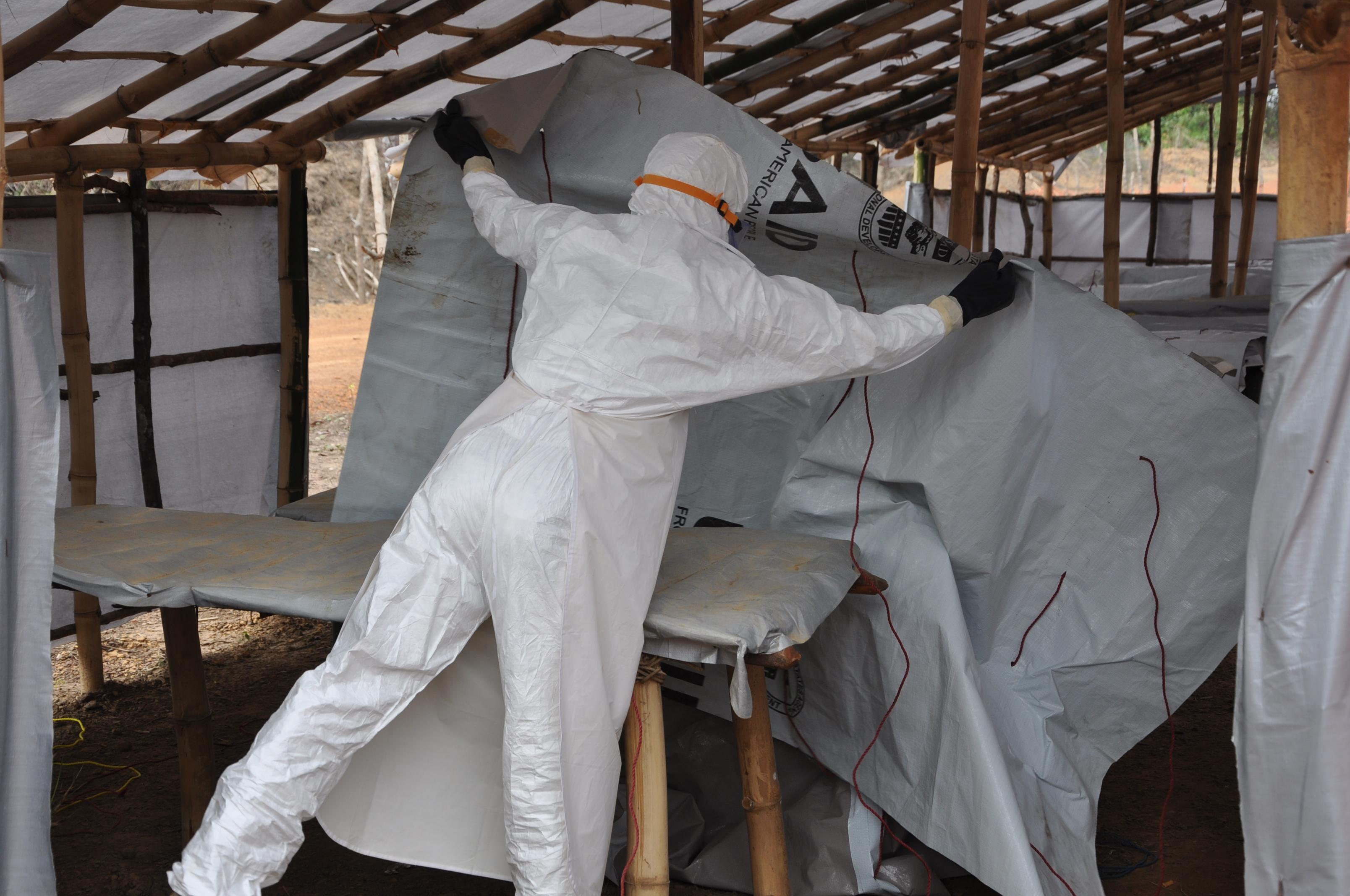 A member of the burial team gets the tented morgue ready. (c)UNICEF/Liberia/2015/Ryeng