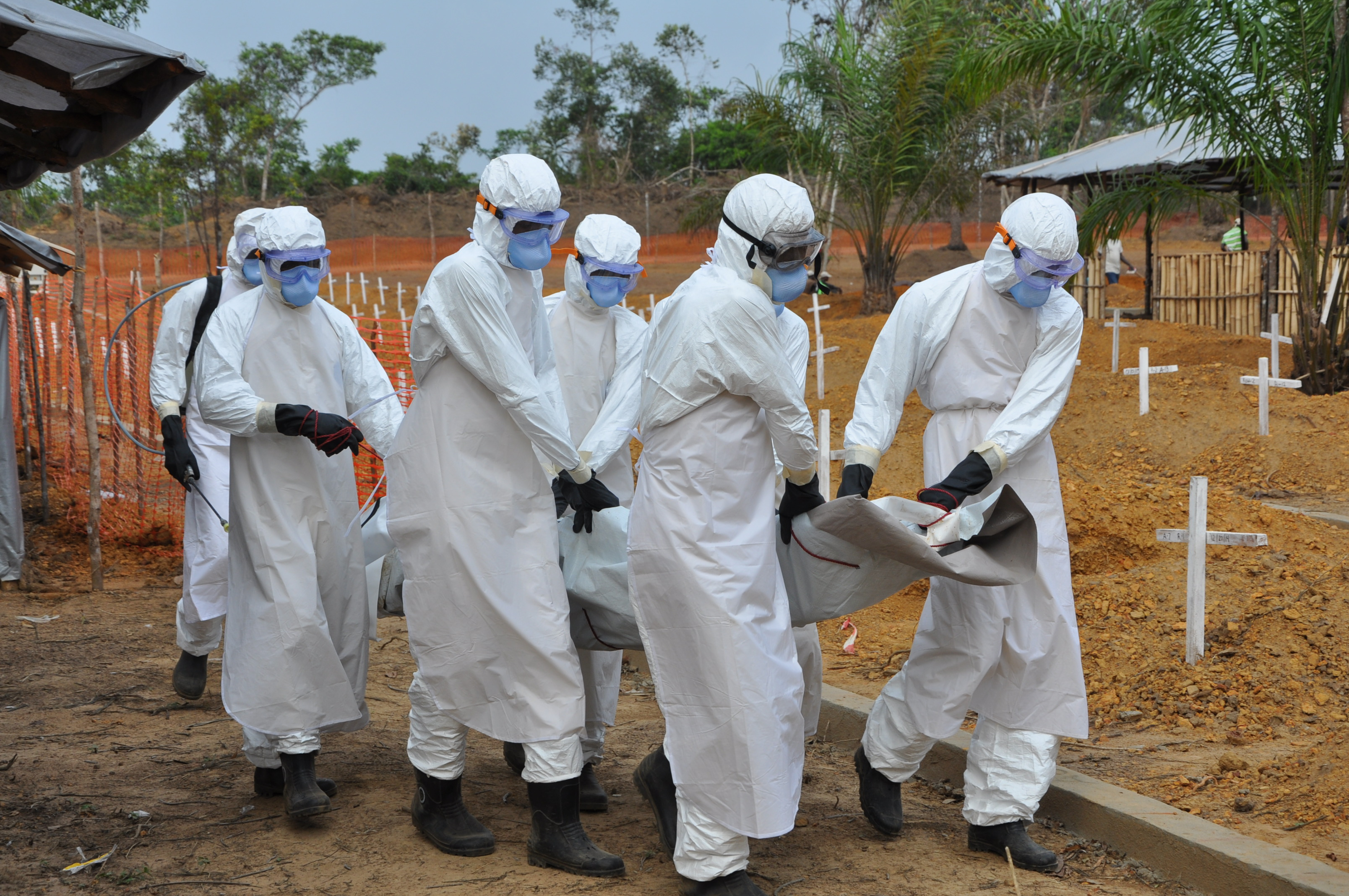 The burial team carries the body to its final resting place. (c)UNICEF/Liberia/2015/Ryeng