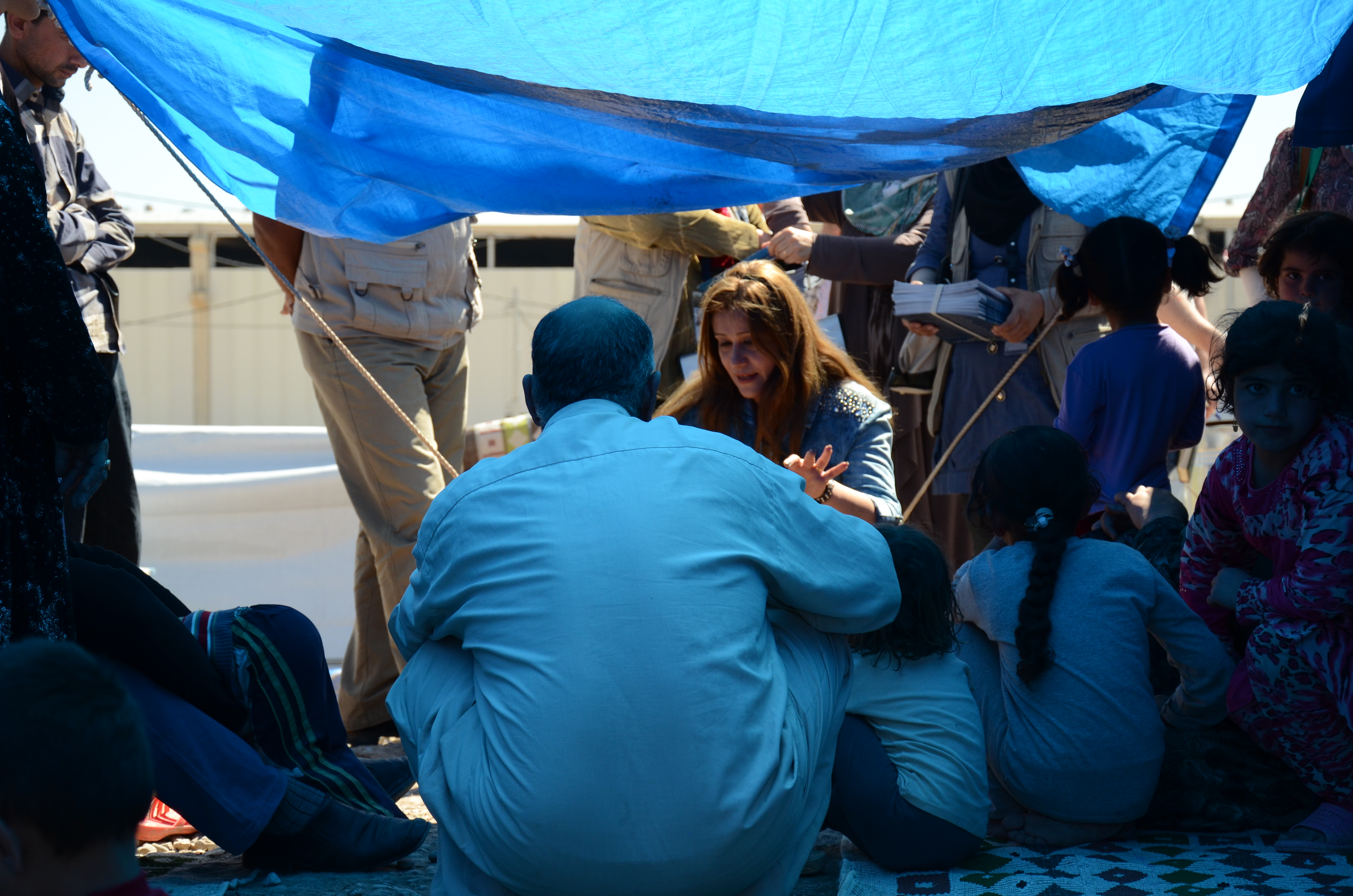 Community mobilizers talk to displaced families in Baherka camp in Erbil, northern Iraq about the importance of having their families fully vaccinated. (c) Photo credit: UNICEF Iraq/2015/e of having their families fully vaccinated.
