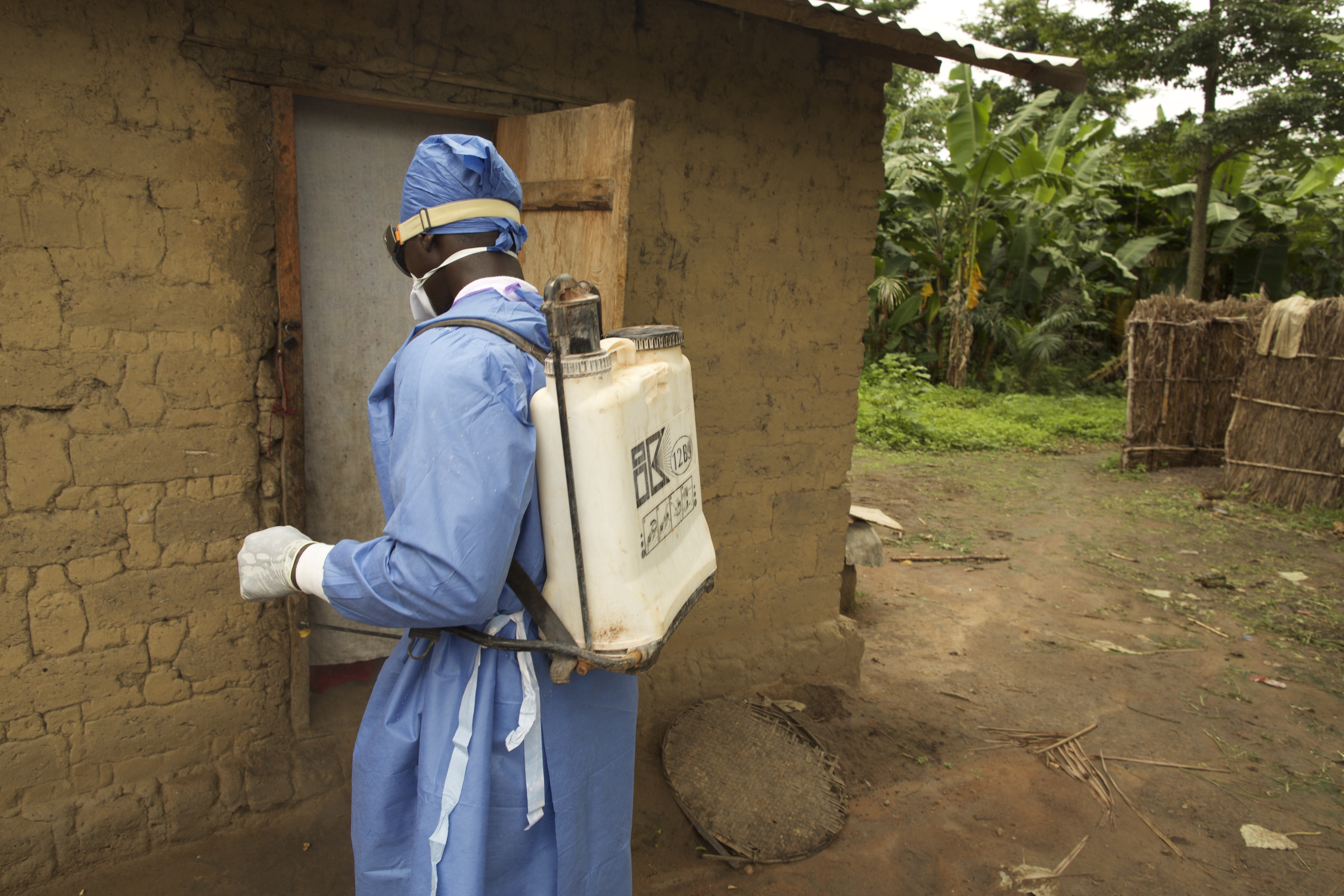 A home in the village of Sikhourou is disinfected. ©UNICEF Guinea/2015/Tim Irwin