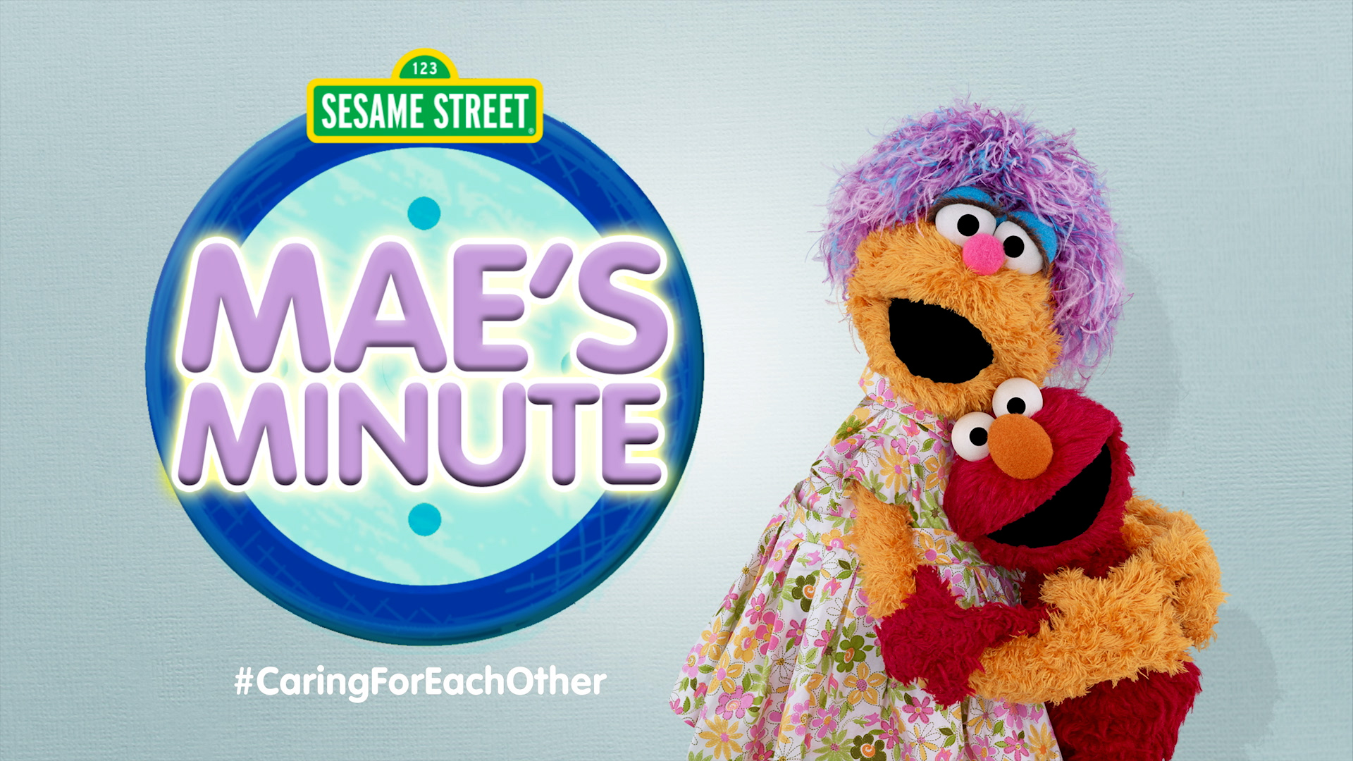 Sesame Street's Mae and Elmo hugging (FR)